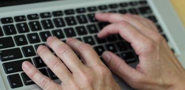 hands-on-keyboard-2148723_1920